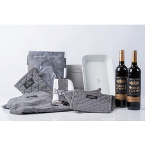 Pillivuyt stegefad, tekstilsæt og 2 fl. rødvin